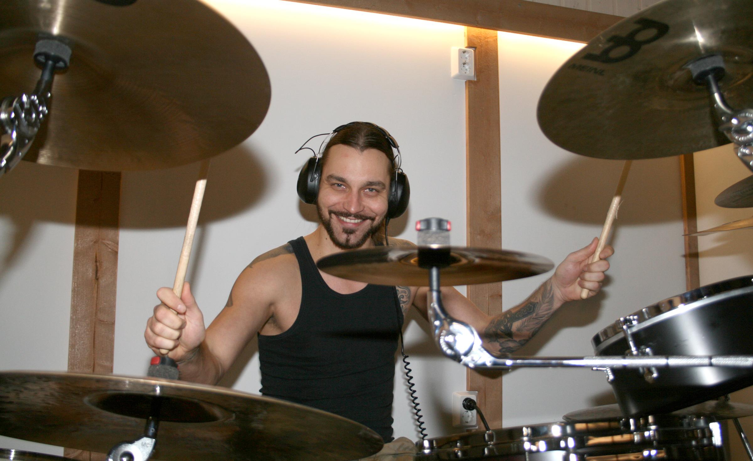 Viialalainen Heikki Ahonen eli Hessu Maxx liittyi Reckless Loven riveihin vuonna 2009. Nykyään rumpali on päivätöissä Kalustetuote Eerolan tuotantopäällikkönä.