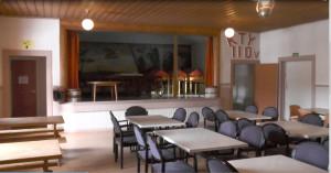 Kylmäkosken työväentalo on rakennettu vuonna 1907. Talon kunnostus jatkuu salin pintaremontilla. Lahjoituksena saadut siniset tuolit ovat olleet aiemmin käytössä Tampereen työväentalolla.