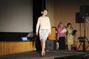 Emilia Hakala esitteli vaalean keväsien kokonaisuuden.