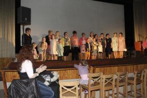 Muotinäytöksen päätteeksi kaikki mallit kokoontuivat lavalle kiittämään yleisöä.