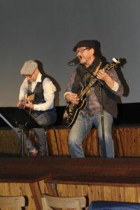 Muotinäytöksen väliajalla Tommi Salminen (vas.) ja Harri Salminen esiintyivät yleisölle.