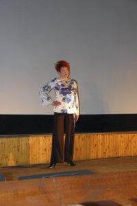 Raija Pulkkisen yllä nähtiin kukallinen tunika ja leveälahkeiset housut.