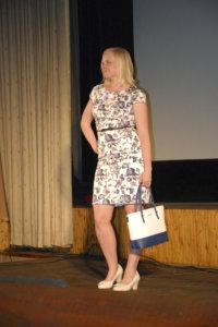 Elina Lindholmin mekko, kengät ja laukku toistavat samoja sävyjä.