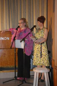 Muotinäytöksen juonsivat Nina Welzien (vas.) ja Maria Valtonen, jotka ovat myös Punaisten mattojen huuman taustalla.