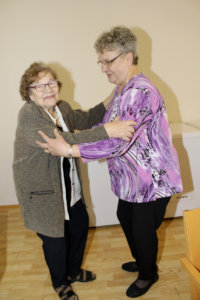 Toijalan Eläkkeensaajien Tarja Reunanen (oik.) sai tanssiparikseen Kirsti Saarisen, joka oli tullut Havulinnaan katsomaan miestään.