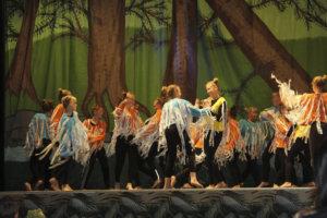 Tanssinumerot olivat paikoitellen melko vauhdikkaita. Kuva Oona Eskeli.