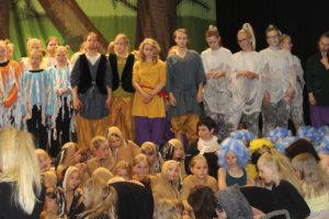 Tanssijajoukko kerääntyi näytöksen päätteeksi kiittämään yleisöä. Kuva: Oona Eskeli.