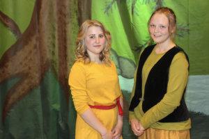 Ronjaa ja Birkiä esittäneet Ilona Korkki (vas.) ja Juulia Repo olivat näytökseen tyytyväisiä.