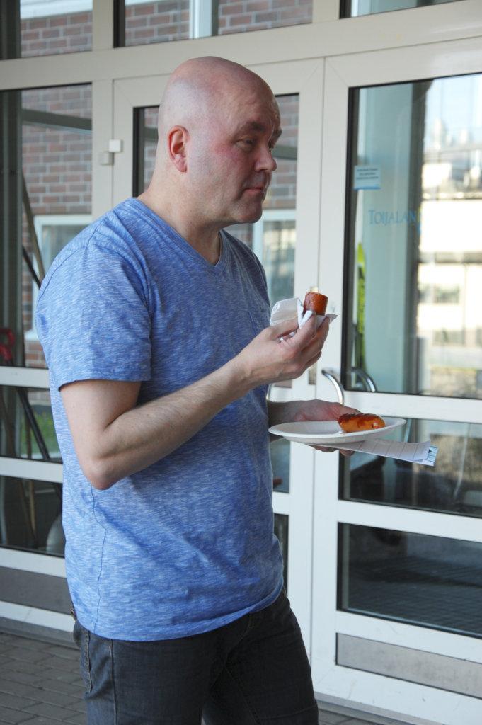 Jarmo Pikkuharju syö yleensä mausteisempia makkaroita.