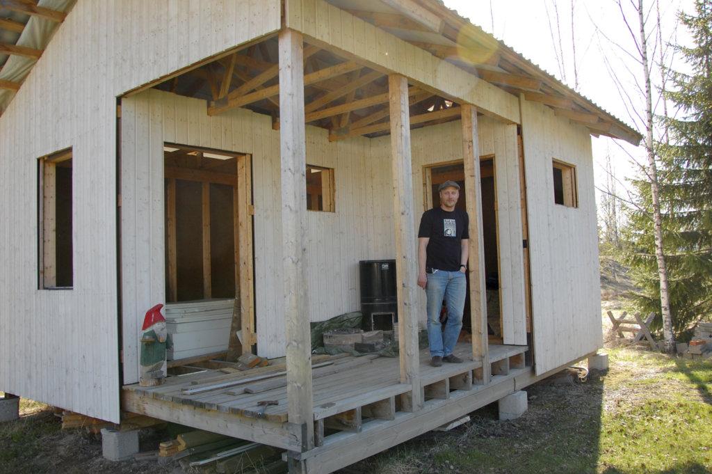 Villen sauna on vasta rakenteilla. Valmista pitäisi saada kuitenkin melko pian.