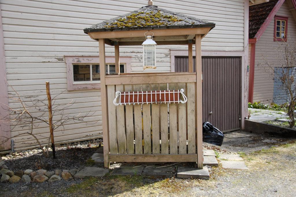 Saunavesi pumpataan Satu Helinin saunaan pihassa olevasta kaivosta.