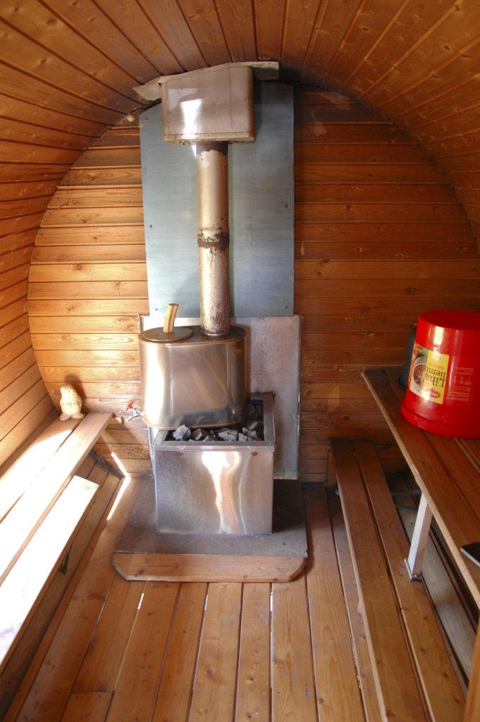 Tynnyrisaunan lauteet on laitettu saunan seinustoille.