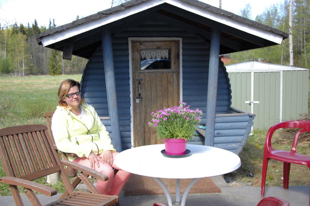Jaana Nummen ja Tero Loposen tynnyrisaunan terassilla voi nauttia kesäpäivästä.