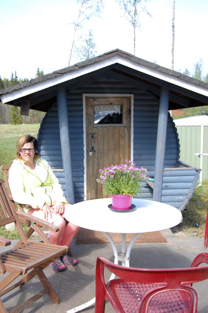 Jaana Nummi uskoo, että tynnyrisauna lämpenee tänä kesänä.