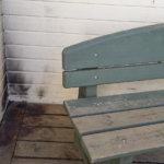 Rasin koulun seinustalla poltettiin papereita
