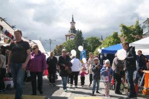 Perjantain markkinapäivään mahtui auringonpaistetta, pilviverhoa ja sadetta tasaisen vaihtelevasti.