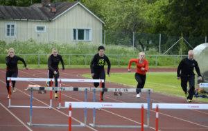 Aikuisten yleisurheilukoulun päätteeksi pidetyssä haasteottelussa sai juosta 60 metriä myös ilman aitoja. Antti Niskanen ja Reija Haanpää ottavat mittaa Valtin 15-vuotiaista tytöistä Kiira Vileniuksesta, Pinja Lehtisestä ja Matilda Koposesta.