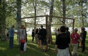 Näkymän teoskierrokselle osallistui perjantaina ennätysmäärä ihmisiä. Anastasia Olkhovchin ja toijalalaissyntyisen Toni Halosen Relations? -teos houkutti koskettamaan.
