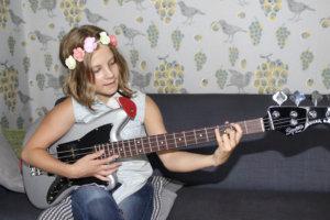 Hulda Kulhia opettelee bassonsoittoa isänsä opastuksella.