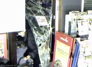 Tämä mies murtautui myöhään lauantaina Hallamäentien R-kioskiin Toijalassa.
