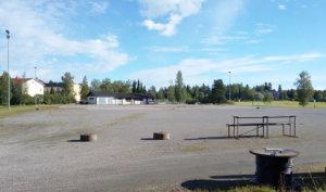 Keskustan koulun ja Hirvialhon koulun välissä olevan pallokentän päälle voi maaperän puolesta rakentaa tekonurmen. 1950-luvulla rakennettu salaojitus täytyy kuitenkin uusia.