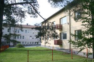 Entinen asuntolarakennus on Nahkialan koulun vieressä. Esiopetus on jo nyt asuntolan ensimmäisessä kerroksessa.