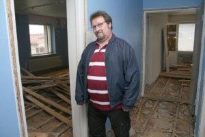 Nahkialan koulun entisen asuntolan toisessa kerroksessa on jo purettu lattioita ja väliseiniä. Koulunjohtaja Bjarne Illman muuttaa oman luokkansa kanssa uusiin tiloihin, kun ne valmistuvat.