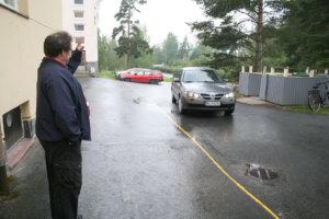 Koulunjohtaja Bjarne Illman haluaisi keltaisen viivan paikalle aidan ja sen oikealle puolelle rivin parkkipaikkoja. Näin autoliikenne saataisiin kokonaan pois koulurakennuksen ja entisen asuntolan välistä, jossa lapset liikkuvat jatkossa entistä enemmän.