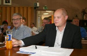 Kokoomusvaltuutetuista Eero Lapinleimu (vas.) uskoi virkamiesten valmisteluun, Jaakko Leinonen ei niinkään.
