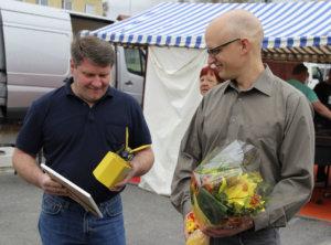 Mitäs me kuhnurit. Viialan VPK:n puheenjohtaja Petri Mattila ja nuoriso-osaston johtaja Juha Tirri iloitsivat huomionosoituksesta.