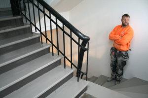 Sami Hyötyläinen tähyää Leskirouvan talon kunnostetusta rappukäytävästä takapihan parkkipaikalle, jonne aletaan talven aikana rakentaa kerrostaloa.