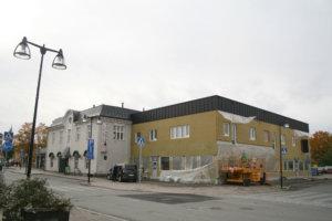 Leskirouvan talon laajennusosaa on korotettu. Talven aikana yläkertaan valmistuu neljä asuntoa.