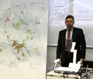 Kaupunginjohtaja Aki Viitasaaren mielestä hyvät pysäköintipaikat rautatieasemalla eivät tuo Akaaseen uusia asukkaita.