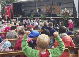 Herra Heinämäen lato-orkesteri esiintyi tämän vuotisilla Hunajahulinoilla Toijalan torilla. Kuva: Akaan kaupunki.