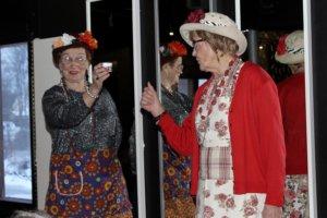 Eläkeläissisarukset Tyyne ja Martta Juupajoelta (Arja Raiski ja Irma Luoma) luottavat Tummeliin ryppyvoiteena.