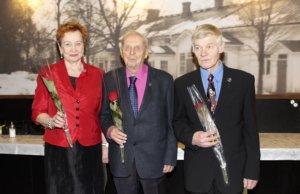 Arja Raiski ja Seet Saarinen palkittiin VR:n Eläkeläisten Liiton ansiomerkeillä ja historiikin kirjoittanut osaston perustajajäsen Erkki Kitunen ruusulla.