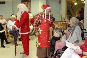 Joulupukin muori jakoi kaikille karamelleja.