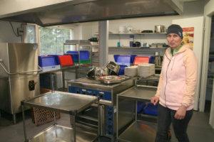 Kirkonkylän koulun ravitsemustyöntekijä ja siivooja Erja Rantala kertoi lokakuussa, että keittiöremontti venyi syyskesälle, koska lattiaa piti avata oletettua enemmän. Osa keittiöstä olikin vanhaa liikuntavälinevarastoa. Remontin ajan astiat käytiin tiskaamassa vanhusten palvelutalo Tarpiakodilla.