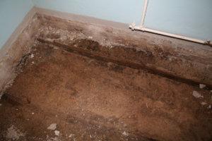 Vuoden 2013 remontissa kellarikerroksen teknisentyön luokan lattiasta paljastui läpimärkä betonilaatta.