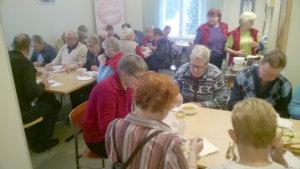 Nelisenkymmentä kuulijaa osallistui keuhkoahtaumapäivän tilaisuuteen Toijalan Sampolassa.  Tarjolla oli tiedon lisäksi myös ruokaa.  Kuva: Raimo Pessi.