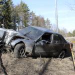 Viialassa tieltä suistuneen auton kuljettaja loukkaantui vakavasti