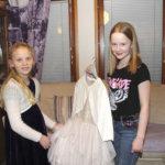 Ella ja Nuppu edustavat Akaata lasten itsenäisyysjuhlassa