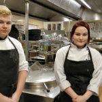 Milla Vanne ja Kim Ketonen opettelevat kokkitaitoja viiden tähden hotellissa Saksassa