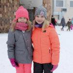 Elsa ja Minttu tutustuivat toisiinsa Nahkialan koulun ystävänpäivätapahtumassa