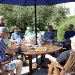 Lukemista kesäviikonloppuun: Neilikka-rinteen puutarhassa kaapelikelat saivat uuden elämän tarjoilupöytinä