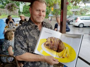 """""""Ruokakirjani perimmäinen pyrkimys on luoda mahtavia makuyhdistelmiä ja unohtumattomia ruokahetkiä"""", Mika Manninen sanoo. (Kuva: Matti Pulkkinen)"""