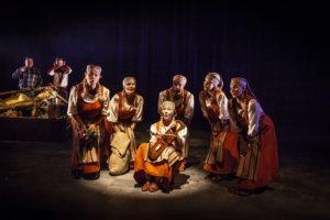 Tahtien sota on värikästä teatteria. Se ammentaa sisältönsä taiturimaisesti suomalaisesta musiikkitarjonnasta. Kaustislaiset ovat esityksen piristys.