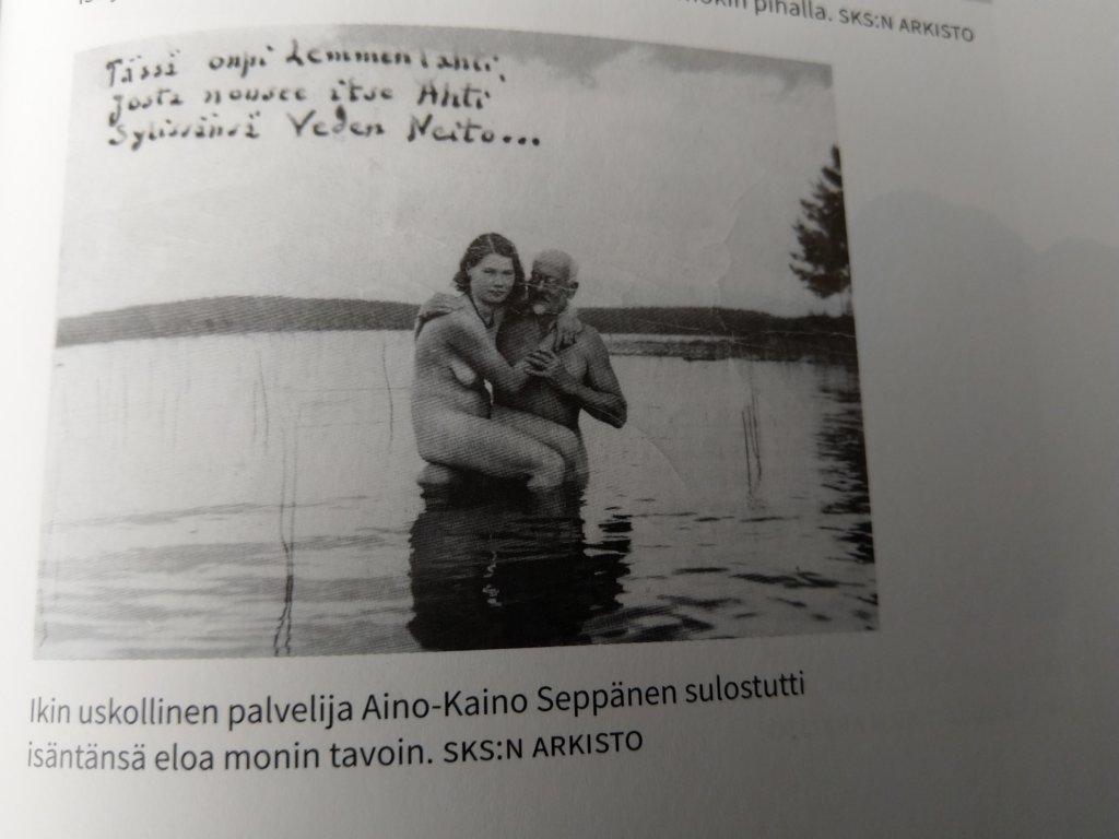 Ilmari Kianto muistetaan lukuisista naisseikkailuistaan. Tässä aikaisemmin julkaisemattomassa kuvassa Suomussalmen sulttaani on Aino-Kaino Seppäsen pauloissa. (Kuva: Suomussalmen sulttaani -kirjasta)
