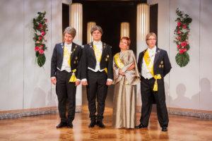 Tasavallan presidentti ja entiset presidentit poseeraavat perinteisesti linnan juhlien yhteiskuvassa.