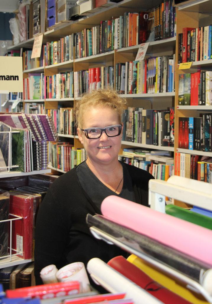 Satu Holma viihtyy hyvin kirjojen parissa. Hän lukee eritoten dekkareita ja elämäkertoja.